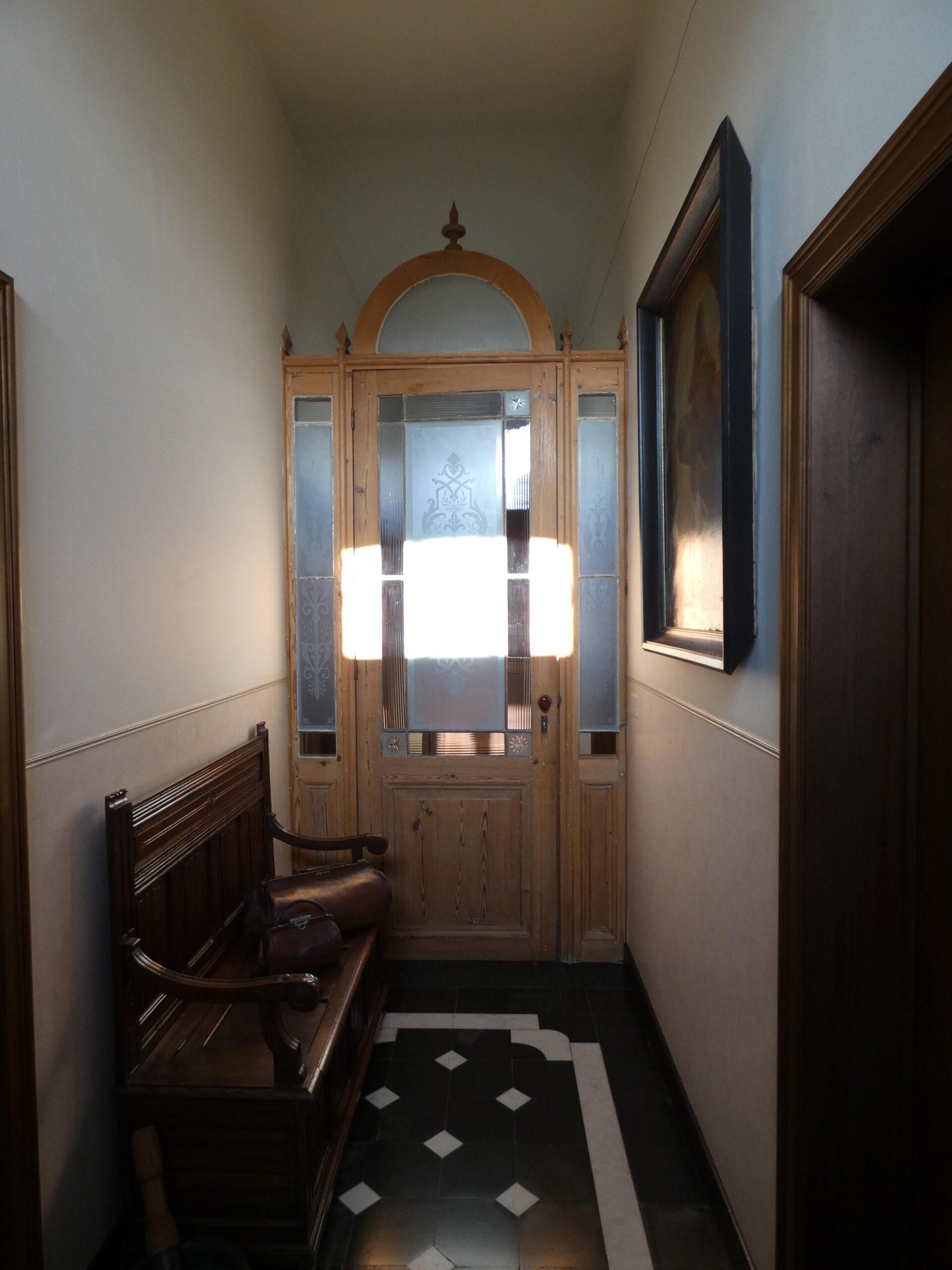 Magnifieke marmeren hal met marmeren tegels en tochtdeur met geëtst glas