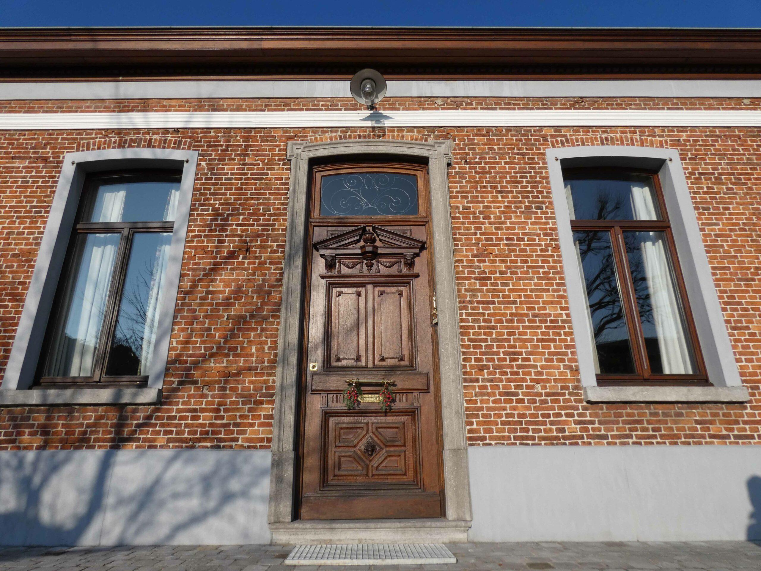 De voordeur met sierelementen.